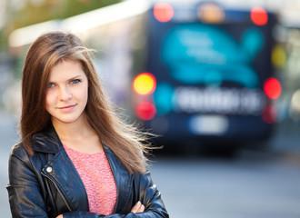 Attraktives Mädchen an der Bushaltestelle