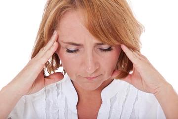 Frau mittleren Alters klagt über Kopfschmerzen