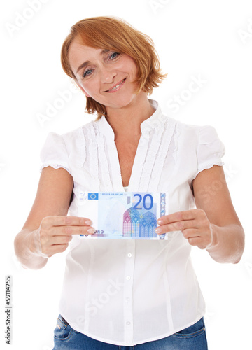 Frau mittleren Alters hält 20 Euro