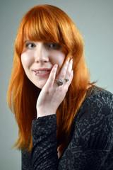 Frau mit roten Haaren lächelt