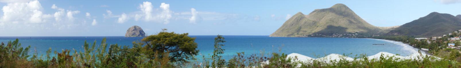 Vue générale sur la plage du Diamant, son rocher et sa pointe