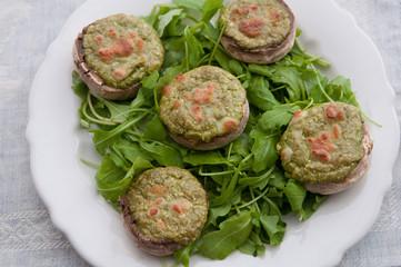 Überbackene Champignons auf Rucola Salat