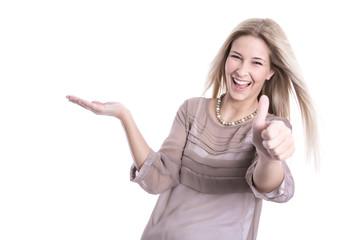Frau lachend isoliert mit Daumen hoch präsentiert etwas