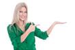 Lachende schöne Frau macht Werbung - isoliert in Grün