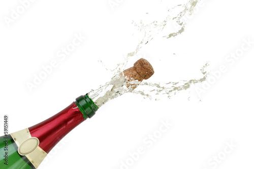 Champagner spritzt an Silvester aus einer Sekt Flasche - 59151449