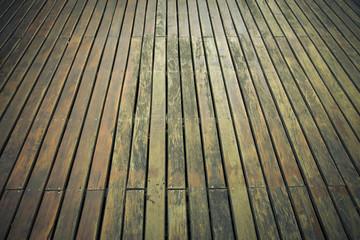 Deck de madera. Esterior de jardín.