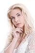 Portrait Frau jung und blond - verträumt und verliebt
