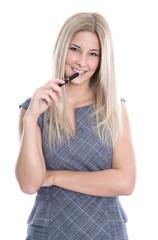 Schöne junge Frau mit langen blonden Haaren isoliert auf Weiß