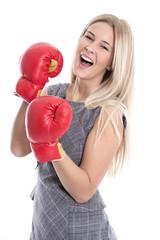 Isolierte Frau mit Boxhandschuhen - Karriere und Erfolg