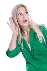 Neugierige blonde junge Frau isoliert in Bluse grün