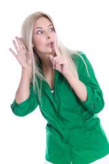 Neugierige Frau lauscht oder hört mit - isoliert in Grün