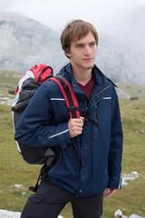 Junger Mann beim Wandern in den Bergen