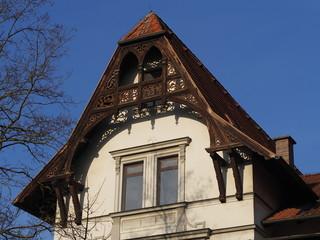 Verziertes Hausdach mit Holzkonstruktion