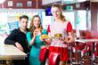 Leute in amerikanischen Restaurant oder Diner