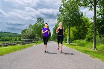 Sport und Fitness - Junge Frauen joggen