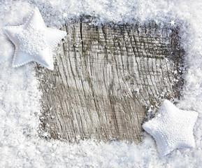 Schnee-Sterne auf Holzhinergrund
