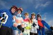 Gruppe Teenager beim Skifahren