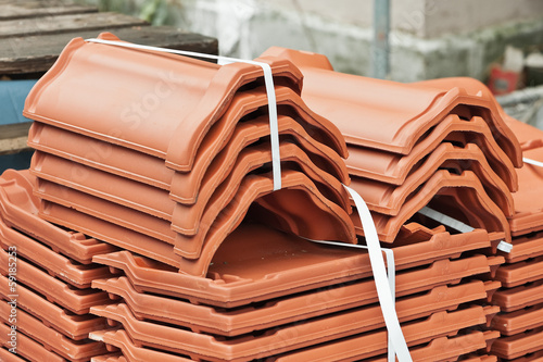 Dachziegel und Firstziegel aus Ton
