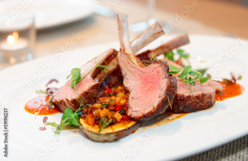 Foto op Canvas Vlees Grilled rack of lamb with vegetables