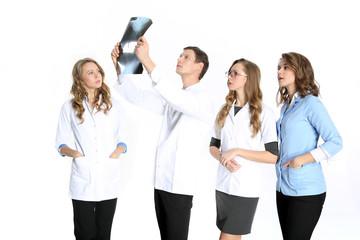 Zespół młodych chirurgów ogląda zdjęcie złamanej kośći