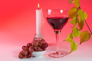 Weinglas mit Weinblattzweig 1