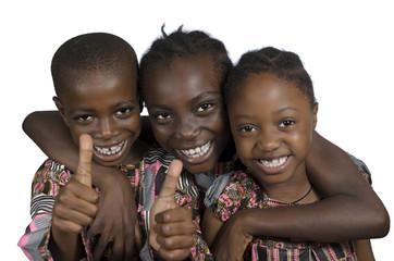 Drei afrikanische Kinder halten Daumen hoch