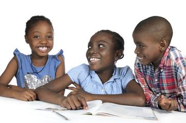 Drei afrikanische Kinder beim Lernen