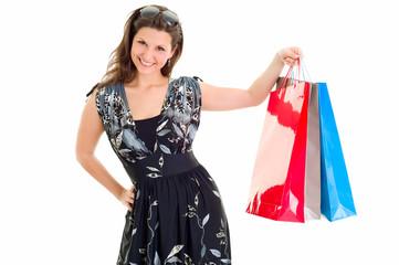 Junge Frau zeigt stolz ihren Einkauf