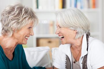 zwei ältere frauen schauen sich an