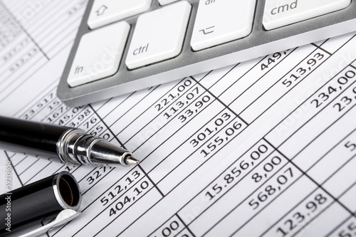Leinwanddruck Bild Kugelschreiber und Tastatur auf Tabellen