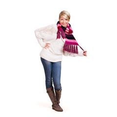 junge blonde Frau in warmer Kleidung