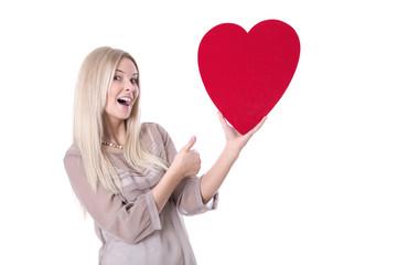 Junge Frau verliebt mit rotem Herz zum Valentinstag isoliert