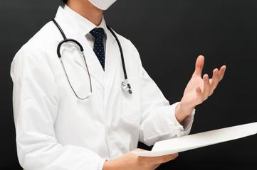 説明する白衣の男性の医者