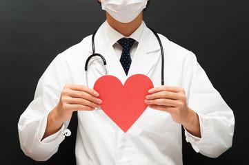 ハートマークを持つ医者