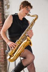Frau spielt Saxophone