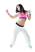 Młoda kobieta taniec zumba na białym tle