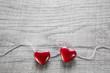 Zwei rote Herzen zum Valentinstag oder Geburtstag