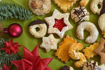 verschiedene Sorten Weihnachtsplätzchen mit Deko