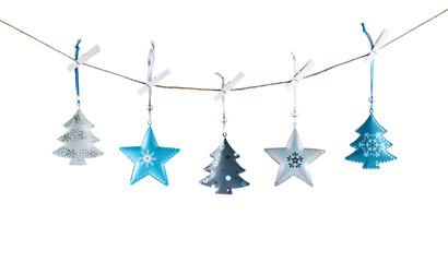 decorazioni natalizie appese sfondo bianco