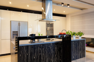 Urban apartment - Black counter in kitchen