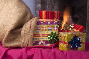 sacco di juta con pacchi regalo