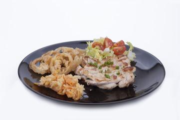 Bistecca di pollo intrecciato con cipolle e carote in pastella