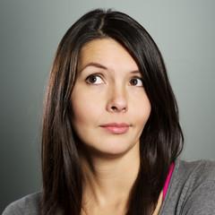 Attraktive Frau mit einem skeptischen Gesichtsausdruck