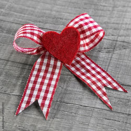 Rotes Herz mit Schleife als Dankeschön zum Valentinstag
