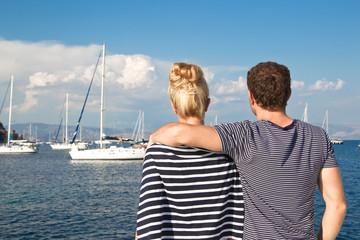 Segler Paar - Mann und Frau mit Segelboot am Meer im Urlaub