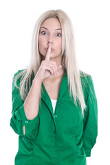 Bitte leise sein - Frau isoliert in Grün - Zeigefinger vor Mund