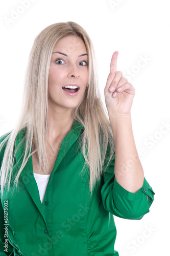 Blonde Frau in Grün mit Zeigefinger isoliert hat eine Idee