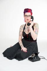 Junge Frau mit erschrockenem Ausdruck am Telefon