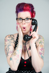 Erschrockene Frau am Telefon