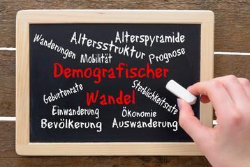 Konzept DemografieTafel mit Schrift